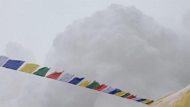 Budzące grozę nagranie z Mount Everestu. <br />Wstrząsy pobudziły lawinę