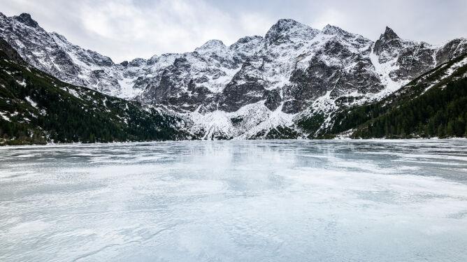 Cienki lód w Tatrach. Mimo to ludzie wchodzą na tafle górskich jezior
