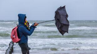 Porywy wiatru do 100 kilometrów na godzinę. Żółte i pomarańczowe ostrzeżenia