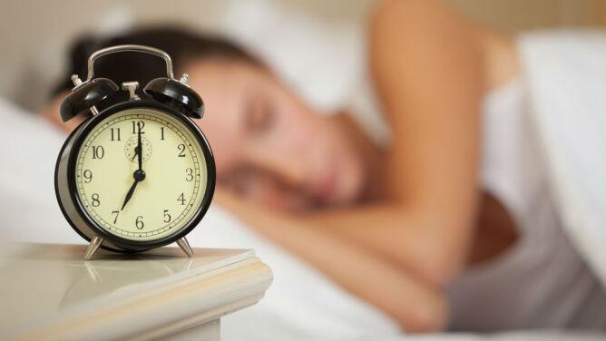 W niedzielę pośpimy dłużej. Przechodzimy na czas zimowy